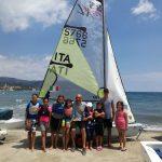 Diego Negri tra i ragazzini della scuola vela presso il suo circolo di Diano Marina